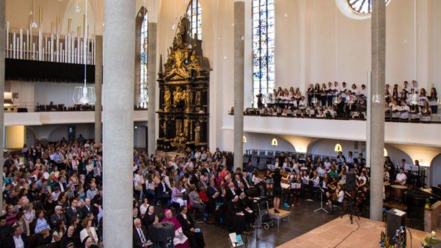 Imposant: Das Schulorchester und der Schulchor der Engelsburg unter der Leitung von Musiklehrerin Melanie Heczko intonieren unter anderem Händels Halleluja. Foto: SMMP/Bock