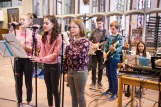 Rhythmisch: Auch die Schülerband begleitet in dem Gottesdienst mehrere Lieder. Foto: SMMP/Bock
