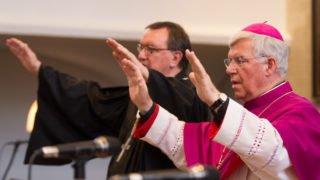 Gehet hin in Frieden: Der evanglische Bischof Martin Hein und der katholische Weihbischof Karlheinz Diez spenden den Schluss-Segen. Foto: SMMP/Bock