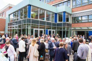 Fröhlich: Ausgelassene Begegnungen gibt es bei strahlendem Sonnenschien auf dem Schulhof der Engelsburg. Foto: SMMP/Bock