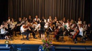 Das Schulorchester unter der Leitung von Melanie Heczko gestaltet den musikalischen Rahmen des Festaktes. Foto: SMMP/Bock
