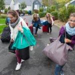 Anne Lucia, Carolin, Charlotte und Alexandra haben etwas Mühe, ihr Haus zu finden. Foto: SMMP/Bock