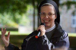 Freudig begrüßt Schwester Maria Thoma Dikow die Schüler der Engelsburg in Saint-Sauveur-le-Vicomte. Foto: SMMP/Bock