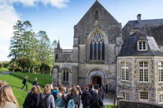 Die ersten Gruppen aus der Engelsburg gehen in die Abteikirche. Foto: SMMP/Boc