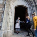 Mit offenen Armen empfängt Sr. Maria Simne Hellbach die Kasseler Schüler in der Kirche La Bretonne. Foto: SMMP/Beer