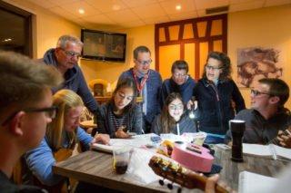 Ehemalige Schüler des Engelsburg-Gymnasium sind als zusätzliche Betreuungskräfte mitgereist. Abends musizieren sie gemeinsam mit ihren früheren Lehrern. Foto: SMMP/Bock
