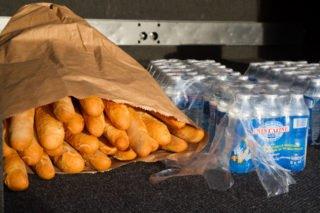 Immer mit an Bord der Busse: Baguette, Wasser, Wurst und Käse. Foto: SMMP/Bock