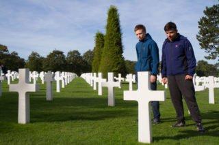 Felix Hennenmüller und Lukas Appel betrachten die Gräber auf dem Soldatenfriedhof von Omaha Beach. Foto: SMMP/Bock