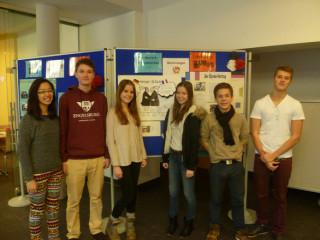 Schüler der E-Phase präsentieren die Wandzeitung.