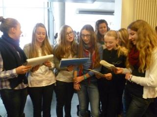 Schülerinnen der 8b singen französische Chansons