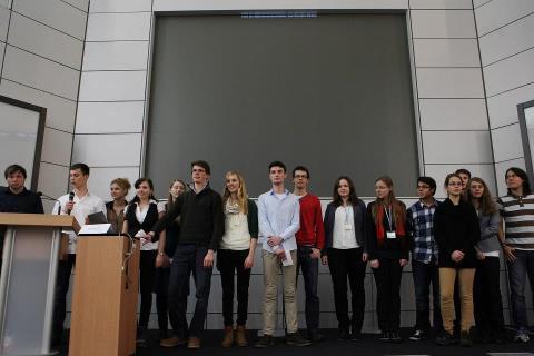Das Team bei der Abschlusspräsentation in Hanau (4. v. rechts: Sofia Bettina Brenner)