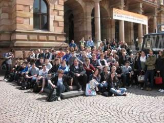 Die Schülerinnen und Schüler vor dem Wiesbadener Rathaus