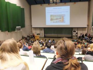 Interessierte Schülerinnen und Schüler im Hörsaal Bild: E.Stahlmann
