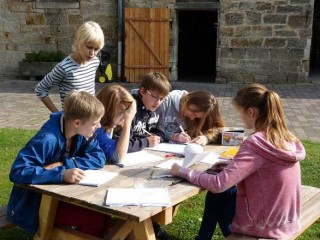 Deutschunterricht mal anders: Beim Stationenlernen wird der Inhalt eines Romans erarbeitet. Foto: A. Reiss